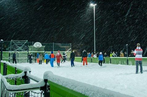 Schüler spielen Schneefußball auf unserer Multisportanlage!