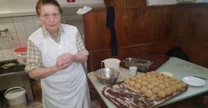 Oma beim Knödel machen